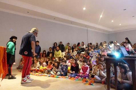 Canciones, baile, plástica y globos en el Patas para arriba de la AECA